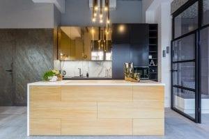 drewniana wyspa kuchenna w ciemnej kuchni