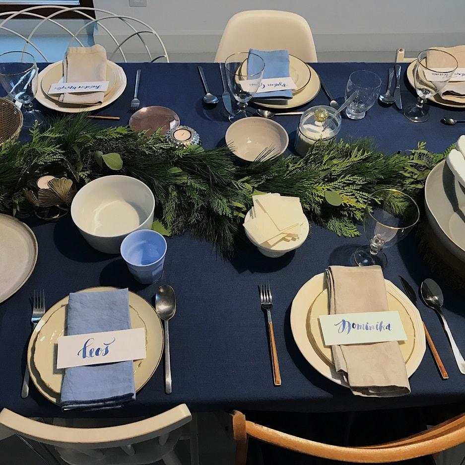 dekoracja na wigilijnym stole granat
